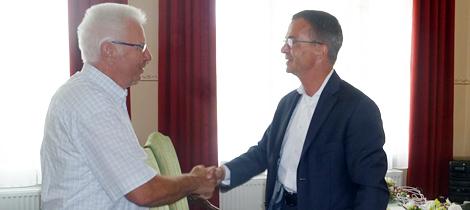 Staatssekretär Albrecht Gerber (rechts) gratuliert Dieter Eipel