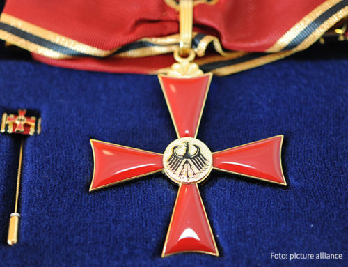 Ministerin Münch überreicht Bundesverdienstkreuz an Bettina Maes für ihr ehrenamtliches Engagement in katholischen Einrichtungen