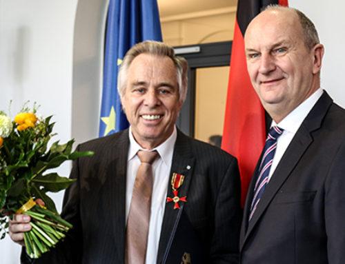 Bedeutender Einsatz für Kriminalitätsopfer: Woidke überreicht Bundesverdienstorden an Jürgen Lüth