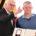 Bundespräsident Frank-Walter Steinmeier (l) verleiht am 04.12.2017 in Berlin zum Tag des Ehrenamtes den Verdienstorden an Dennie Rufflett aus Brandenburg. Foto: Britta Pedersen/dpa-Zentralbild/ZB | Verwendung weltweit