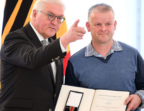"""""""Sportskanone mit Herz"""" – Verdienstkreuz am Bande für Dennie Rufflett aus Deetz"""