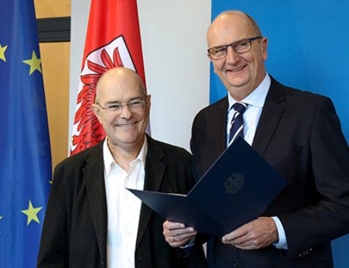 """Ein starker Partner des """"Toleranten Brandenburg"""": Woidke übergibt Bundesverdienstmedaille an Dirk Wilking"""