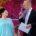 Manuela Liß wird von Ministerpräsident Woidke als Ehrenamtlerin des Monats ausgezeichnet.