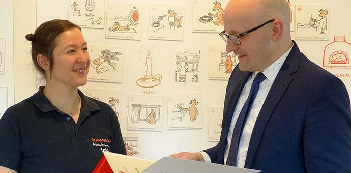 Staatssekretär Thomas Kralinski zeichnet Inka Lumer als Ehrenamtlerin des Monats aus. (Foto: Silvia Römer)