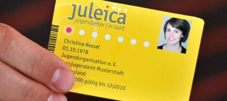 Ein Musterausweis einer Juleica Jugendleiter Card wird am Donnerstag (22.07.2010) in Hannover ein einer Hand gehalten. Die Juleica Card ist der bundesweit einheitliche Ausweis fŸr ehrenamtliche Mitarbeiter-innen in der Jugendarbeit. Sie dient zur Legitimation und als Qualifikationsnachweis der Inhaber. ZusŠtzlich soll die Juleica auch die gesellschaftliche Anerkennung fŸr das ehrenamtliche Engagement zum Ausdruck bringen. Foto: Peter Steffen dpa/lni (zu dpa dpa 0272 vom 22.07.2010)