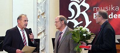 """Staatssekretär Rudolf Zeeb (li) ehrt Hartmut Niedrich als 99. """"Ehrenamtler des Monats"""" (Mitte)/Foto Silvia Römer (Staatskanzlei)"""