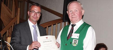 Ehrenamtler des Monats Mai 2013 Horst Klinkmüller (rechts) erhält die Dankesurkunde