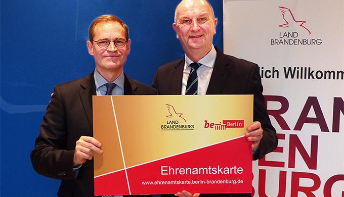 Michael Müller und Dietmar Woidke präsentieren die neue, gemeinsame Ehrenamtskarte (Foto: brandenburg.de)